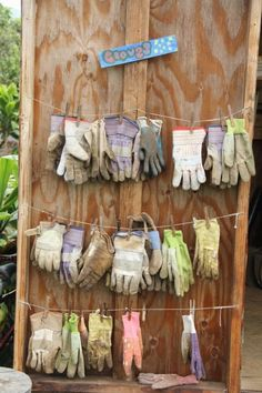20 Budget Friendly Garden Storage Ideas Use Some Clothes Hooks and Some Rope to Dry Your Gloves. The post 20 Budget Friendly Garden Storage Ideas appeared first on Garten. Garden Tool Storage, Shed Storage, Diy Storage, Storage Ideas, Ideas For Shed Organization, Garage Storage, Backyard Storage, Preschool Garden, Sensory Garden