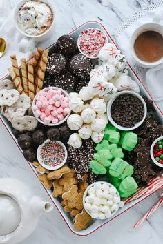 A hot cocoa snack board will be the hit of your party. All the toppings and add ins you need for the perfect cup of hot cocoa. Hot Chocolate Toppings, Hot Chocolate Bars, Mini Chocolate Chips, Chocolate Sweets, Charcuterie Recipes, Charcuterie And Cheese Board, Pirouette Cookies, Delicious Desserts, Yummy Food