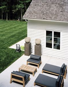 I love the pots on plinths - contemporary seating area for the garden