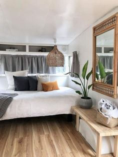 Caravan Makeover 336151559690901028 - 24 Cool Great Picture Of Rv Camper Vintage Bedroom Interior Ideas, If you take a look at 1988 an… Caravan Makeover, Caravan Renovation, Rv Living, My Living Room, Camping Vintage, Kombi Motorhome, Caravans For Sale, Retro Caravan, Caravan Bar