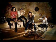El sonido del grupo se basa en el pop rock y el pop latino.