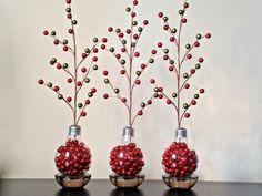diy weihnachtsdeko mit kleinen roten weihnachtskugeln und großen birnen
