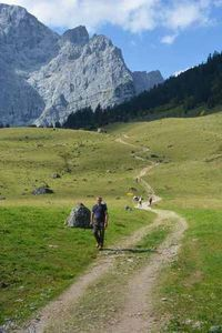 Hut hiking - Karwendel Hiking from hut to hut - Trawel Advice Trekking, The Places Youll Go, Places To See, Kayak, Ski, Travel Goals, Wanderlust Travel, Walking Tour, Germany Travel