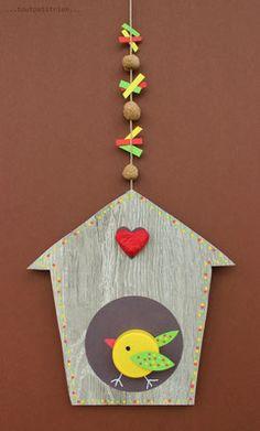 Recyclage...une chute de parquet flottant...un bouchon pour l'oiseau...le coeur et les perles sont façonnés avec des restes de papier + colle blanche + eau tiède. www.toutpetitrien.ch/bricos/ - fleurysylvie