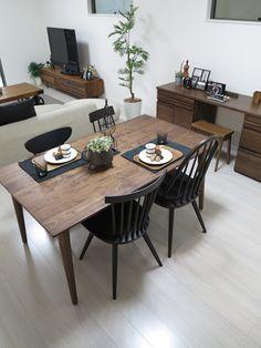 ウォールナット材の家具とブラック色のコーデ