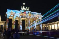 """Bunt angestrahlt leuchtet das auch Brandenburger Tor im Rahmen des """"Festival of Lights""""."""