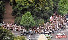 包圍抗議  日本首相安倍晉三強推新的安保關聯法案,引爆反對民眾前天包圍國會要求撤回新法。中央社