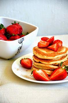 Chyba zdążyliście już zauważyć, że uwielbiam śniadania. O zrobieniu takich placuszków myślałam ...