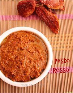La ricetta per preparare a casa propria il Pesto rosso, una salsa a crudo con pomodori secchi, mandorle, basilico, formaggio grana, aglio e aceto balsamico.