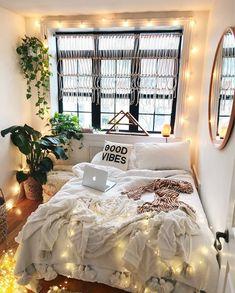 It girl decor inspiration: o apartamento mais fofo que você vai conferir hoje. Decoração, quarto boho, scandinavo, cortina de macrame, manga com pom pom, lençol branoc, plantas no quarto, espelho redondo, cordão de luzes