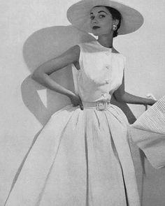 Feminine Vintage Style: 1953 Hubert de Givenchy dress with pleated skirt Glamour Vintage, Vintage Beauty, 50s Glamour, Vintage Fashion 1950s, Fifties Fashion, Vintage Couture, 1950s Fashion Women, 1950s Summer Fashion, 1950 Style