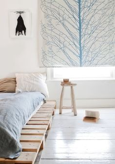 Pallet beds are of great interest because they are useful, long-lasting and suitable for every style. Here are the beautiful pallet bed ideas. Pallet Beds, Pallet Furniture, Diy Pallet, Pipe Furniture, Furniture Vintage, Furniture Design, Furniture Plans, Pallet Bedframe, Modern Furniture