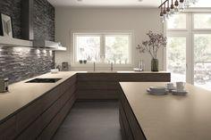 plan-de-travail-ceramique-beige-cuisine-bois-moderne-credence-pierre-grise