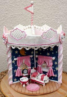 Hello Kitty Gingerbread house Hello Kitty-karusellipiparitalo - Elämä makeaksi - MTV3.fi - Makuja - Blogit - Elämä makeaksi