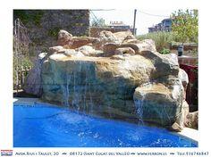 Piscina de FERRÓN@PISCINAS. Detalle de cascada en piscina imitando la piedra.