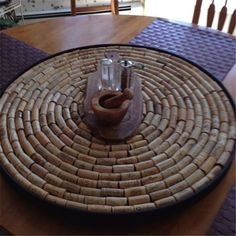 DIY wine cork lazy susan (or possibly a small table) Wine Craft, Wine Cork Crafts, Wine Bottle Crafts, Wine Bottles, Wine Cork Projects, Cool Diy Projects, Wine Cork Art, Wine Corks, Diy Lazy Susan