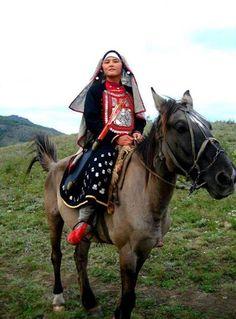Çuvaş Türk Katunu ulusal giysileriyle at üstünde...