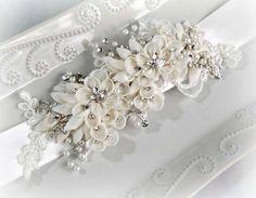 Marco novia flor marfil cristal y perla faja por TheRedMagnolia