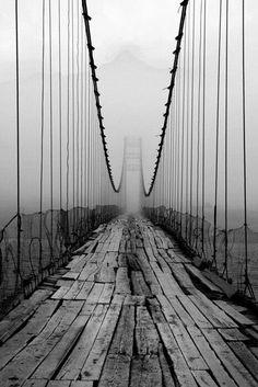 Puente y niebla.
