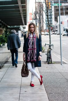 Katie Cassidy Street Style // White Jeans // UK Flag Scarf