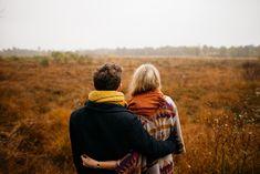 Τι ελκύει μία πιο ώριμη γυναίκα σε έναν νεότερο άνδρα; «Ο έρως χρόνια δεν κοιτά» λέει το γνωστό ρητό. Έχουμε συνηθίσει στην ιδέα αλλά και στην εικόνα ζευγαριών με διαφορά ηλικίας, με μεγαλύτερο τον άνδρα. Τελευταία όμως ακούμε και βλέπουμε το αντίθετο, με τη γυναίκα να είναι η πιο ώριμη στη σχέση. Φαίνεται τελικά ότι σήμερα, το να είσαι με έναν πιο μικρό σύντροφο, δεν είναι τελικά προνόμιο των ανδρών πλέον! Και οι γυναίκες γοητεύονται από έναν μικρότερο άνδρα...