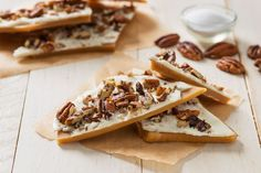 English White Chocolate Pecan Toffee- Very buttery and crunchy toffee topped with creamy white chocolate and fresh pecan pieces. This candy makes a great hostess gift during Thanksgiving, or for Christmas time. Pecan Toffee Recipe, Pecan Recipes, Candy Recipes, Holiday Recipes, Dessert Recipes, Cooking Recipes, Pecan Desserts, White Chocolate Bark, Chocolate Toffee