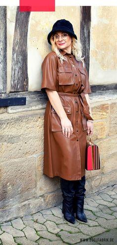 Lederkleider sind voll im Trend – So stylst Du die angesagten Teile!#leder #leahter #leatherdress #braun #modefarbe #lederkleid #brown #outfit #look #stiefel #streetstyle #over40style #40plusstyle #mode #damenmode #modeblogger #fashion #womenswear Brown Leather Skirt, Leder Outfits, Trends, Shirt Dress, Lady, Hot, Skirts, Jackets, Color