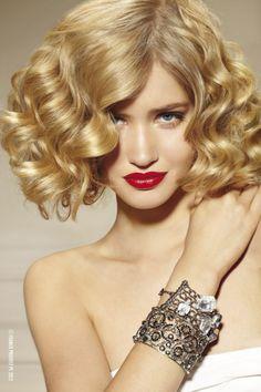 Non tutte sanno che esistono 5 diverse tipologie di capelli ricci e che a seconda del riccio ci sono dei tagli di capelli specifici... Se stai pensando di cambiare look leggi il nostro articolo per scoprire quale taglio fa per te! >> http://www.youglamour.it/tagli-di-capelli-ricci-2014/