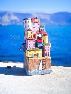 Driftwood Projects, Driftwood Art, Diy Arts And Crafts, Home Crafts, Fairy House Crafts, Beach Wood, Creation Deco, Ceramic Houses, Wooden Art