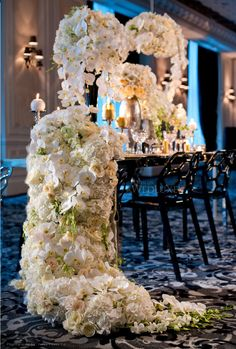 Glitterati Style File: Bright Lights, Big City   WedLuxe Magazine.    Produced by Platinum Events Group, Krista Fox Photography. Floral & Decor by Fuscia Designs, Table Linens by Linen Closet, Stationery by Palettera, Wedding Cake by Cake Opera, Location Trump Hotel Toronto.