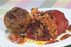 Peppers and tomatos stuffed with rice Greek Recipes, My Recipes, Vegan Recipes, Cooking Recipes, Favorite Recipes, World Vegan Day, Mince Meat, Tasty, Yummy Food