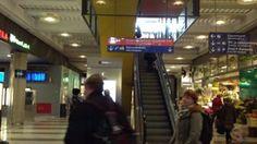 Video kertoo, kuinka näkövammainen liikkuu Kamppikes-kuksessa koiransa kanssa hänelle vieraita reittejä. - Video shows how a blind person with a dog, using strange routes, manage to move around in a shopping mall.