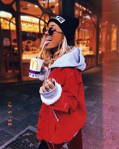 ᴡɪɴᴛᴇʀ sᴜɪᴛs♥️❄️ ☃️ Llegamos a la nieve, llegamos a los días cortos y a los cafecitos con espuma o mejor dicho espuma con café… Funky Fashion, Urban Fashion, Vintage Fashion, Tumblr Photography, Photography Poses, New Outfits, Cute Outfits, Foto Instagram, Foto Pose