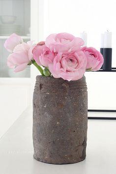 alter Krug mit rosa Blumen