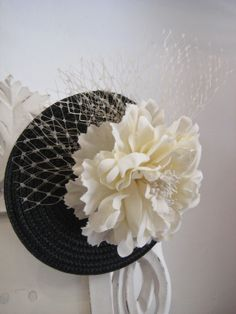 BLACK AND WHITE. Tocado con base de paja, tul y flor / Hairdress base with straw and tulle flower