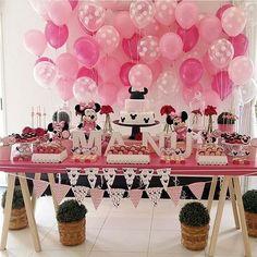 Festa Minnie rosa. Amo essas bandeirinhas, mesa de cavaletes e esse painel de balões.  #Repost @popmobilelocacao