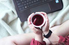 Kan inte alla mornar vara som denna?En gigantisk tröja, rufsigt hår, slösurfande och en varm kopp te. Kan det bli något bättre?