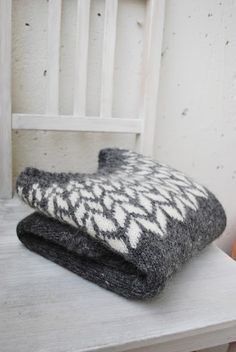 Knitting Patterns Ravelry arrows icelandic sweater // by maria carlander // via ravelry Crochet Patron, Knit Crochet, Sweater Knitting Patterns, Knit Patterns, Fair Isle Knitting, Hand Knitting, Icelandic Sweaters, How To Purl Knit, Pulls