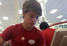 4-Nov-2014 14:43 - ALEX, INPAKKER BIJ TARGET, WERELDBEROEMD DOOR FOTO OP TWITTER. Afgelopen zondag was Alex nog een doodnormale jongen uit Amerika, met een bijbaan in een supermarkt en net als zoveel van zijn leeftijdsgenoten...