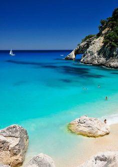 Vista al mar desde la Cala Goloritzè, en la isla Cerdeña. http://escapadafindesemana.org/