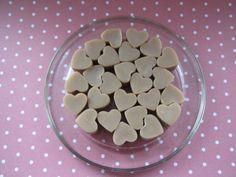 Srdíčka do koupele Malá srdíčka (cca 0,5g) z čistého kakaového másla. Vhodné i pro nejmenší děti. Kakaové máslo zvláčňuje, vyjasňuje a omlazuje pokožku má antioxidační vlastnosti, brání předčasnému stárnutí buněk kakaové máslo dodává pokožce potřebnou vlhkost, podporuje její přirozenou pigmentaci stimuluje oběhový a lymfatický systém, působí ... Beans, Plates, Vegetables, Tableware, Food, Licence Plates, Plate, Dinnerware, Meal
