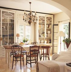 La antigua vitrina de una farmacia se convirtió en una librería en este salón.Piezas antiguas: reconócelas, recupéralas ¡y disfrútalas! · ElMueble.com · Trucos