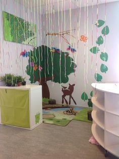 Efter mycket tips och idéer från andra blev våran skog så här. Barnen har hjälpt till att göra trädet. Vi sköt upp en bild med projektor, satte upp papper och ritade av. Sen har några barn gjort fjärilar, grodor och getingar. Det som hänger ner från taget är bitar av sugrör som vi pärlan på trådar. Blev super mysigt!