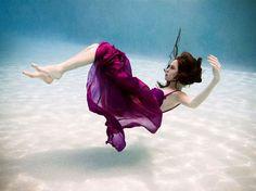 Underwater shot by Annie Leibovitz Under The Water, Underwater Photos, Underwater Photography, Artistic Photography, Art Photography, Anne Leibovitz, Breathing Underwater, Fashion Poses, Pose Reference