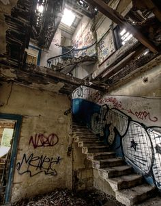 urban ruins, a new feild in anthropology and archaeology Abandoned Buildings, Abandoned Places, Haunted Places, Abandoned Mansions, Bg Design, Grunge Photography, Urban Decay Photography, Street Art, Scenery