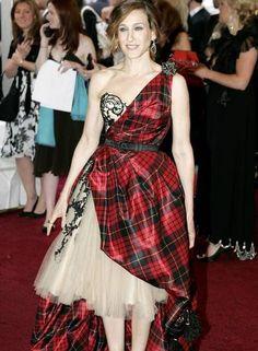 """Outro momento comentadíssimo foi em 2006, quando Sarah Jessica Parker vestiu um modelo Alexander McQueen que era uma ode fashion ao Reino Unido, já que a moda britânica era tema da exposição """"Anglomania"""" daquele ano Foto: AP"""