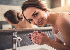 ストックフォト : Girl in the bathroom