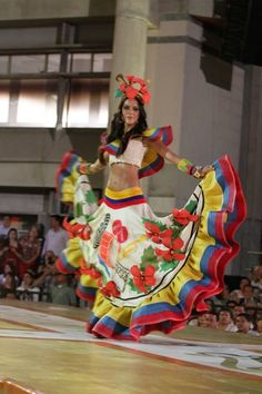 Colombian Culture, Colombian Art, Couture Fashion, Fashion Show, Mexican Costume, Flamenco Skirt, Oriental Dress, Mexican Dresses, Mexican Outfit