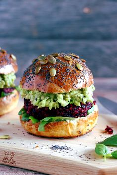 Scrumptious vegetarian beet quinoa burger with fe… Vegetarian Beet Quinoa Burger. Scrumptious vegetarian beet quinoa burger with feta cheese, avocado dip and delicious homemade brioche burger buns. Simply the best! Beet Recipes, Burger Recipes, Veggie Recipes, Baking Recipes, Healthy Recipes, Beet Burger, Quinoa Burgers, Burger Buns, Avocado Burger