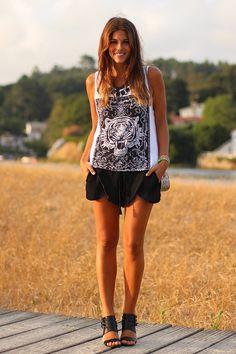 trendy_taste-look-outfit-street_style-zara_sandals-sandalias_negras-shorts_gasa-shorts_negros-black_shorts-white_tee-camiseta_blanca-tigre-tiger-silver_bag-bolso_plata-fluo bracelet-pulsera_fluor-SS13-14 by Trendy Taste, via Flickr